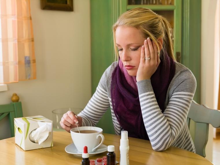 erkältete junge Frau