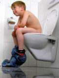 kleiner Junge auf WC