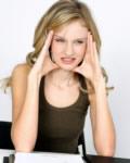 junge Frau h�lt sich Kopf