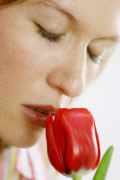 Junge Frau riecht an Tulpe