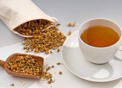 Teekräuter und Teetasse